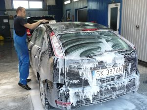 Lavar y encerar con frecuencia el coche